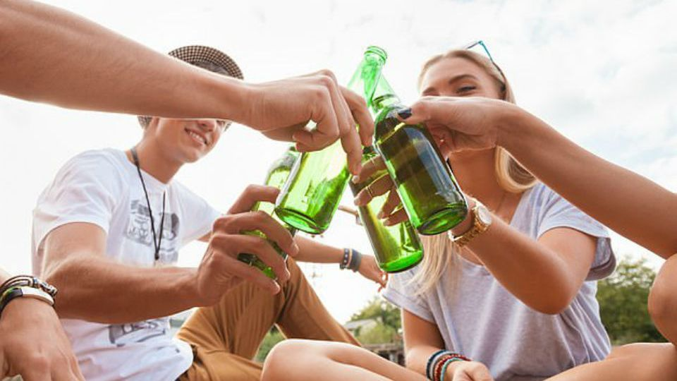 jovens-bebendo-cerveja