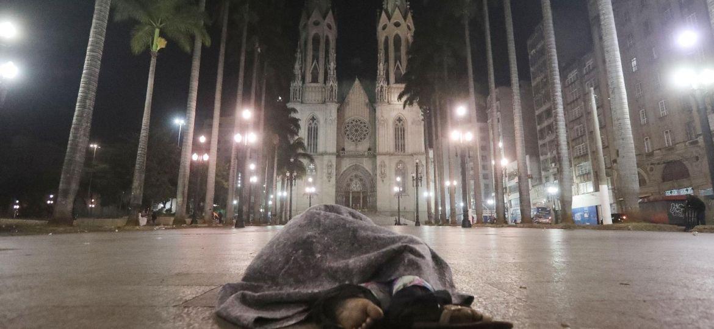 morador-de-rua-se-abriga-do-frio-enquanto-dorme-durante-a-madrugada-frente-da-cadetral-da-se-no-centro-de-sao-paulo-1527093661849_v2_1920x1279